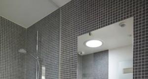 Mosaïque grise dans une douche italienne