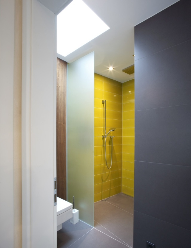 Salle de bains jaunes 32 id es pour une d coration lumineuse for Carrelage salle de bain gris et jaune
