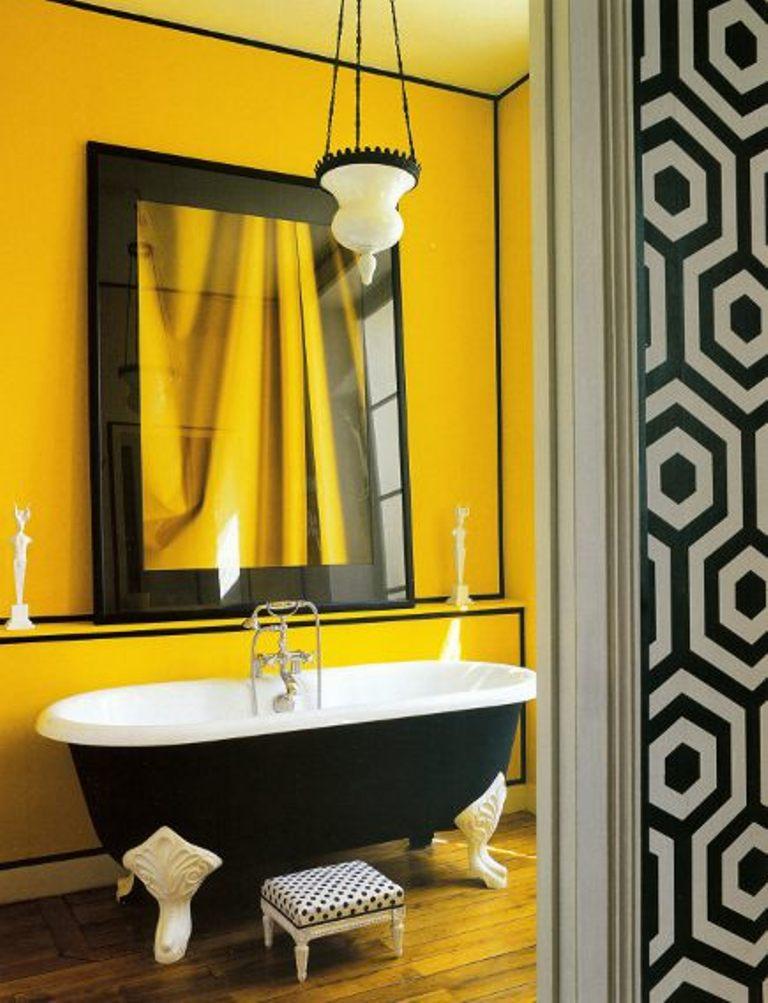 Salle de bain jaune et noir