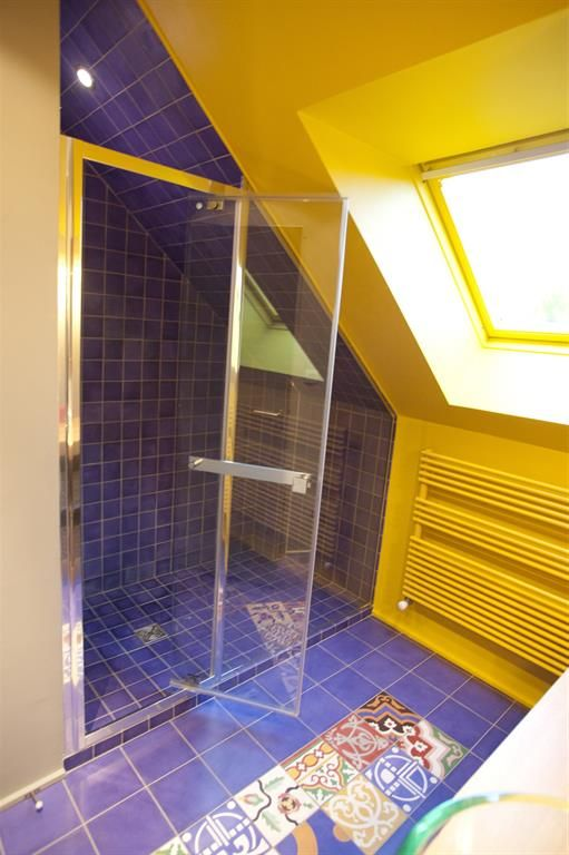 Peinture bleu salle de bain vasque salle de bain en verre - Decoration salle de bain jaune et bleu ...