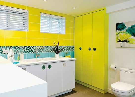 Salle de bains jaunes 32 id es pour une d coration lumineuse - Decoration salle de bain jaune et bleu ...