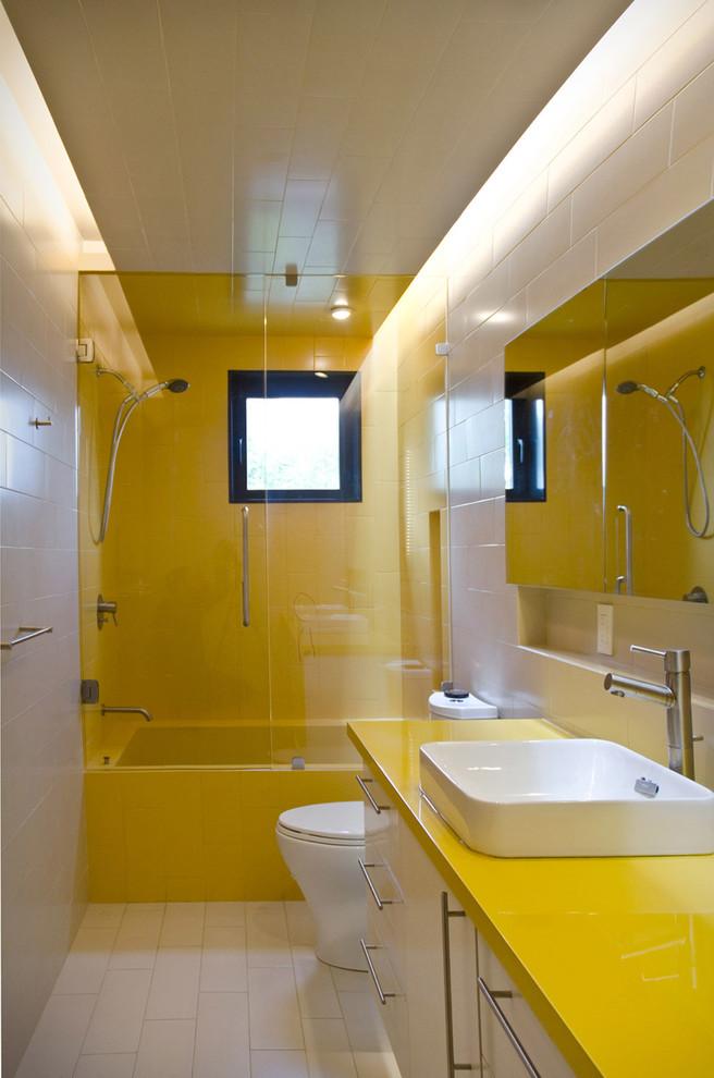 Salle de bain jaune et blanc