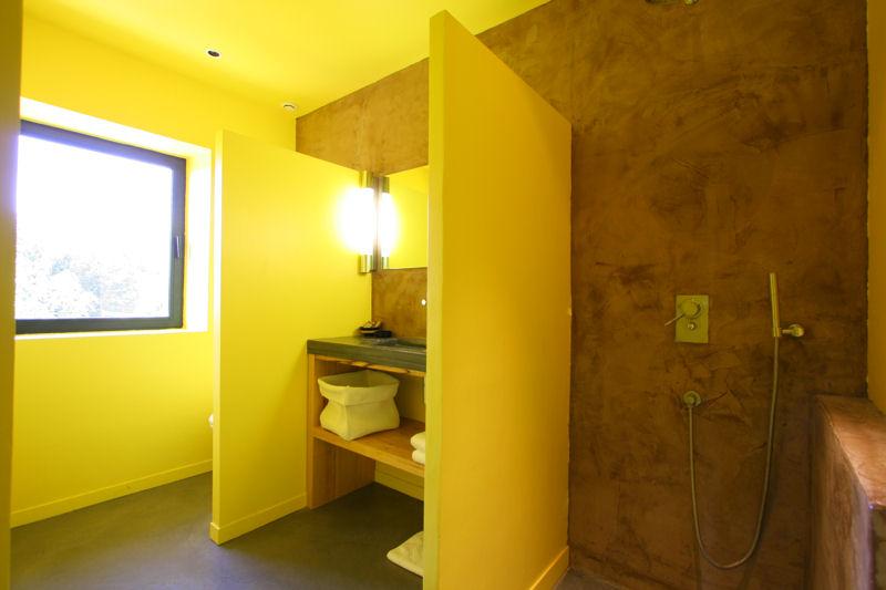 Salle de bains jaunes 32 id es pour une d coration lumineuse for Salle de bain en tadelakt