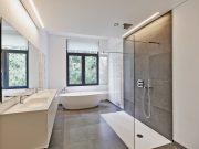 Salle de bains équipée d'une vmc et d'une grande fenêtre